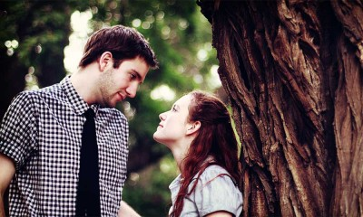 couple-romancing-under-tree