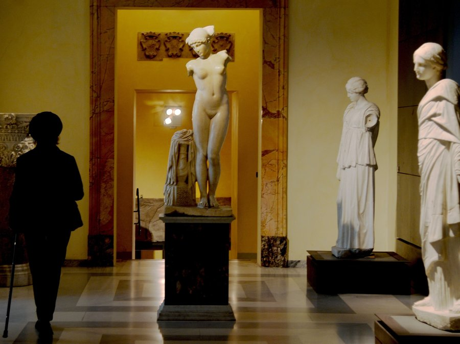 italy-nude-statues
