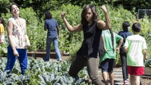 160606165457_michelle_obama_harvests_the_white_house_kitchen_garden_02_976x549_epa