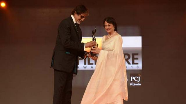 AB-giving-award-to-Tanuja-for-Life-Achievement