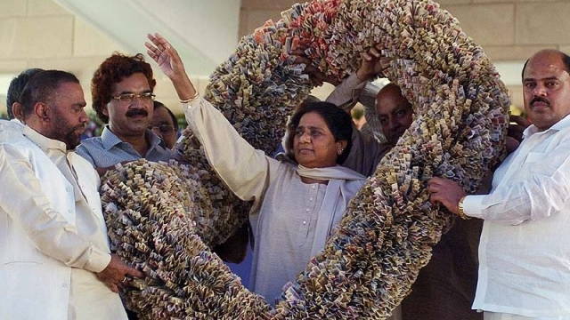 mayawati_in_currency_garland