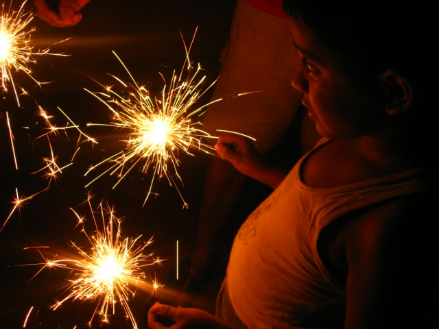 Boy_with_sparklers_-_Diwali