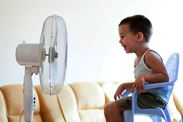Baby-sitting-on-chair-front-the-fan