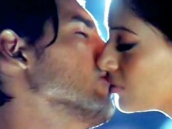 Bipasha-Basu-and-John-Abraham-kiss